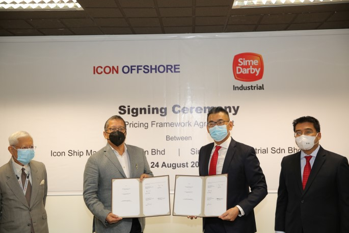 Exchange of documents: From left: Icon Offshore Berhad chairman Raja Tan Sri Dato' Seri Arshad Raja Tun Uda, Icon Offshore Berhad Managing Director Dato' Sri Hadian Hashim, Sime Darby Industrial Sdn Bhd Managing Director CK Teoh and Sime Darby Berhad Group Chief Financial Officer Mustamir Mohamad.